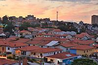 SAO PAULO, SP, 28 DE MARÇO DE 2013. FIM DE TARDE EM SAO PAULO. Pôr do sol na tarde desta quinta feira na região do Butantã na zona oeste da capital paulista. FOTO ADRIANA SPACA/BRAZIL PHOTO PRESS