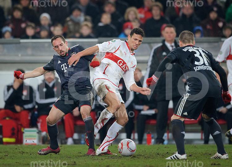 Fussball DFB Pokal Saison 2010/2011 VFB Stuttgart - FC Bayern Muenchen V.l.: Franck RIBERY (FC Bayern), Khalid BOULAHROUZ (Stuttgart), Bastian SCHWEINSTEIGER (FC Bayern).