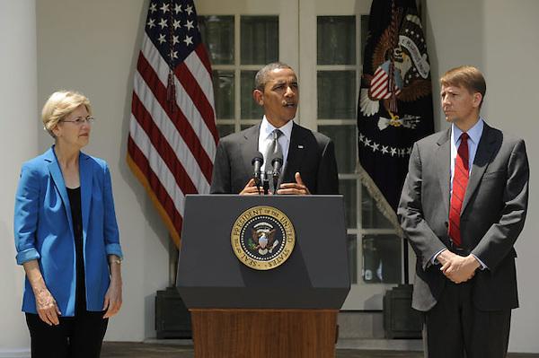 MHR05. WASHINGTON (EE.UU.), 18/07/2011.- El presidente norteamericano Barack Obama (c) hace un anuncio en el Jardín de la Rosaleda, en la Casa Blanca, junto al exfiscal general de Ohio, Richard Cordray (d) y la profesora universitaria Elizabeth Warren (i), en Washington DC, EE.UU., hoy, lunes 18 de julio de 2011. El presidente Obama anunció que escoge a Cordray como director de la Oficina de Protección del Consumidor (CFPB). EFE/Michael Reynolds..