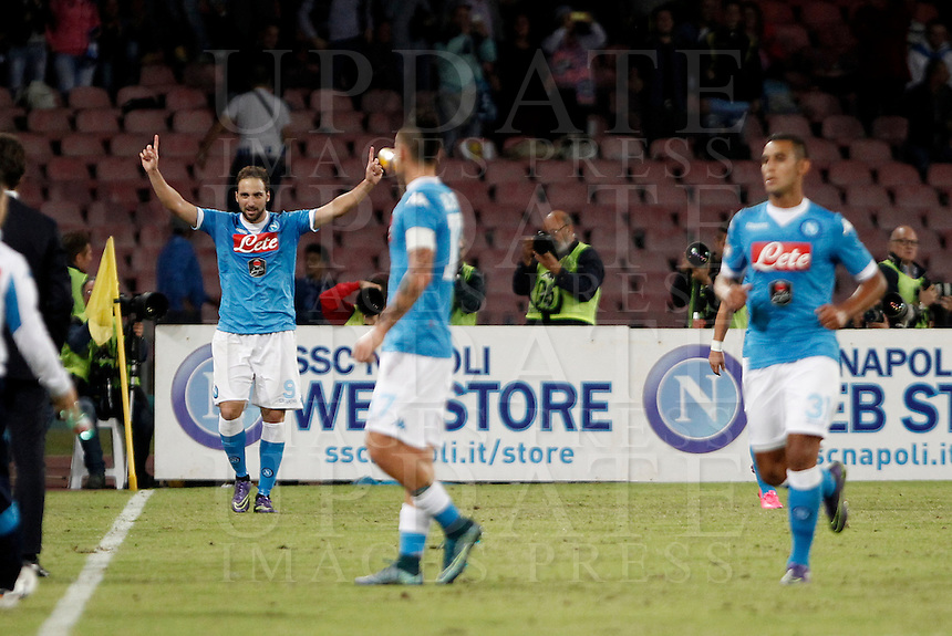 Calcio, Serie A: Napoli vs Juventus. Napoli, stadio San Paolo, 26 settembre 2015. <br /> Napoli&rsquo;s Gonzalo Higuain, left, celebrates after scoring during the Italian Serie A football match between Napoli and Juventus at Naple's San Paolo stadium, 26 September 2015.<br /> UPDATE IMAGES PRESS/Isabella Bonotto