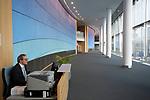 Argirh TSEPOURAS trabaja en el edificio József Antall como conserje atendiendo las salas de sesiones en el Parlamento Europeo en Bruselas. Diciembre 4, 2017. PHOTO CREDIT © DELMI ALVAREZ
