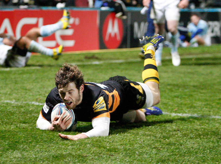 Photo: Richard Lane/Richard Lane Photography. London Wasps v Aviron Bayonne. Amlin Challenge Cup. 13/12/2012. Wasps' Elliot Daly dives in for a try.