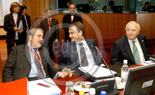Brussels-Belgium - 22 March 2005--- EU-Summit hosted by the Presidency of Luxembourg: José Luis Rodríguez ZAPATERO (ce), Prime Minister of Spain, with Pedro SOLBES MIRA (le) his Minister for Economic Affairs and Finance, and Miguel Angel MORATINOS (ri), his Minister for Foreign Affairs---Photo: Horst Wagner/eup-images