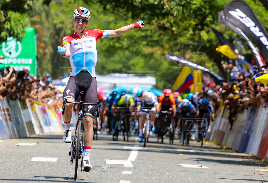 MEDELLIN - COLOMBIA, 15-02-2019: Bob JUNGELS (LUX) cruza la línea de meta como ganador de la cuarta etapa del Tour Colombia 2.1 2019 con un recorrido de 144 Km, que se corrió con salida y llegada en el estadio Atanasio Girardot de la ciudad de Medellín. / Bob JUNGELS (LUX) crosses the finish line as winner of the fourth stage of 144 km of Tour Colombia 2.1 2019 that ran with start and arrival in Atanasio Girardot stadium in Medellin city.  Photo: VizzorImage / Anderson Bonilla / Cont