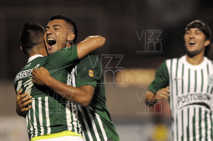 MEDELLIN -COLOMBIA, 05-12-2013. Fernando Uribe (Izq) y Jefferson Duque (Der) de  Atlético Nacional celebran un gol durante partido con Itaguí por la fecha 5 de los cuadrangulares finales de la Liga Postobón II 2013 jugado en el estadio Metroplitano Ciudad de Itagüí./ Fernando Uribe (L) and Jefferson Duque (R) of Atletico Nacional celebrates a goal during match against Itagui for the fifth date of final quadrangulars of the Postobon League II 2013 played at Metropolitano Ciudad de Itagüi. Photo: VizzorImage/Luis Rios/STR
