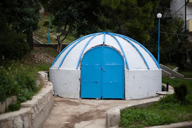 Der Nachbau einer zentralasiatischen Jurte steht am Strand von Neum. Einige Touristen aus den Ländern der ehemaligen Sowjetunion besuchen Neum im Sommer, weil sie die niedrigen Preise schätzen. Der kleine Ort Neum liegt in Bosnien-Herzegovina und bildet den einzigen Zugang zum Meer des Balkanlandes. Auf einer Länge von 9 km durchschneidet der Ort das kroatische Staatsgebiet (Neum-Korridor) Seit dem EU-Beitritt Kroatiens ist Neum auf beiden Seiten von EU-Außengrenzen eingeschlossen. / A faked Central-Asia-Yurt stand at the beach of Neum. A couple of tourist from the former soviet union com to Neum in summer, because the treasure the cheap prices in Bosnia. The small city of Neum in Bosnia and Herzegovina is the only place in Bosnia, where the country has access to the adriatic sea. Over a length of 9 kilometers the area cuts Croatian territory in two pieces. Since Croatia became part of the European Union, the city of Neum is enclosed between two EU-boarders.