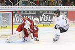 Duesseldorfs Goalie Fredrik Pettersson-Wentzel (Nr.53) sichert die Scheibe vor Nuernbergs PatrickReimer (Nr.17)  beim Spiel in der DEL, Duesseldorfer EG (rot) - Nuernberg Ice Tigers (weiss).<br /> <br /> Foto © PIX-Sportfotos *** Foto ist honorarpflichtig! *** Auf Anfrage in hoeherer Qualitaet/Aufloesung. Belegexemplar erbeten. Veroeffentlichung ausschliesslich fuer journalistisch-publizistische Zwecke. For editorial use only.
