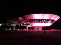 ATENÇAO EDITOR  FOTO EMBARGADA PARA VEICULOS INTERNACIONAIS - NITEROI, RJ 05 DE OUTUBRO 2012 - OUTUBRO ROSA - Campanha para alertar contra o cancer de mama faz alguns monumentos ficarem da cor rosa assim como o MAC (Museu de Arte Contemporanea) na cidade de Niteroi municipio do Estado do Rio de Janeiro nesta noite de 05 outubro.<br /> FOTO RONALDO BRANDAO / BRAZIL PHOTO PRESS