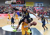 Basketball  1. Bundesliga  2016/2017  Hauptrunde  14. Spieltag  16.12.2016 Walter Tigers Tuebingen - Alba Berlin Carl English (oben, Alba) gegen Stanton Kidd (unten, Tigers)