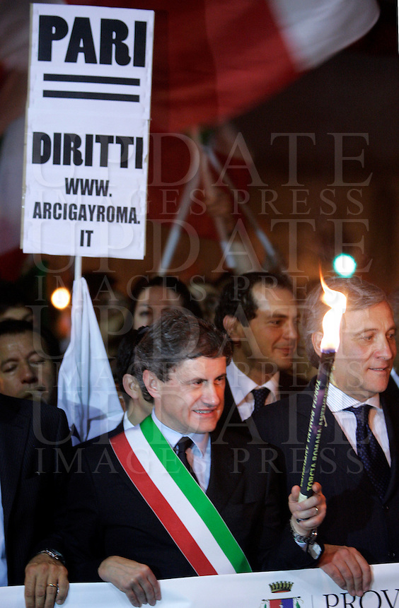Il sindaco di Roma Gianni Alemanno partecipa alla fiaccolata contro l'intolleranza e i razzismi a Roma, 24 settembre 2009, a seguito i recenti casi di omofobia e di aggressioni a sfondo razzista verificatisi nella capitale..Rome Mayor Gianni Alemanno takes part in a torchlight procession against intolerance and racism in Rome, 24 september 2009..UPDATE IMAGES PRESS/Riccardo De Luca