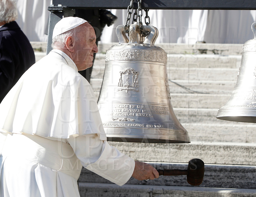 Papa Francesco suona una campana donatagli al termine dell'udienza generale del mercoledi' in Piazza San Pietro, Citta' del Vaticano, 8 novembre, 2017.<br /> Pope Francis plays bells he was donated at the end of his weekly general audience in St. Peter's Square at the Vatican, on November 8, 2017.<br /> UPDATE IMAGES PRESS/IsabellaBonotto<br /> <br /> STRICTLY ONLY FOR EDITORIAL USE