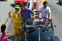 ATENÇÃO EDITOR: FOTO EMBARGADA PARA VEÍCULOS INTERNACIONAIS - SAO PAULO, SP, 27 OUTUBRO DE 2012 – ELEIÇÕES 2012 - FERNANDO HADDAD: Carreata de Fernando Haddad (e) candidato do PT a prefeitura de São Paulo pelos bairros de interlagos e grajau  em São Paulo com a companhia de Gabriel Chalitta. (FOTO: LEVI BIANCO / BRAZIL PHOTO PRESS).