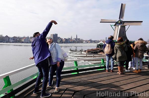 Nederland -  Zaanstad -  2018. Selfie bij de molens in Zaanse Schans.   Foto Berlinda van Dam / Hollandse Hoogte