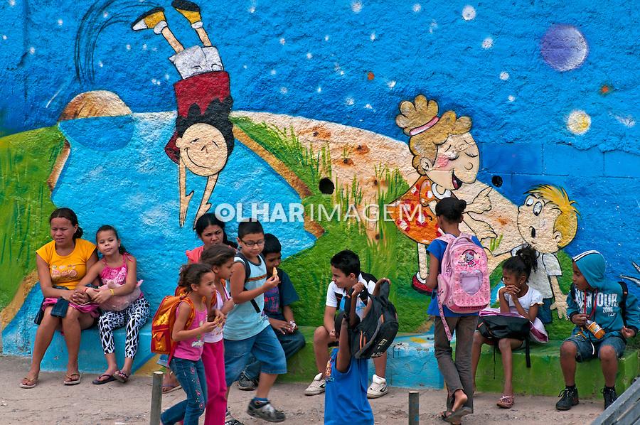 Pintura mural em escola no bairo de Jaguare. Sao Paulo. 2010. Foto de Rogerio Reis.