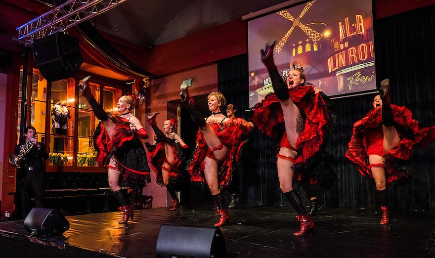 Nederland, Utrecht, 4 juni 2015 <br /> Cancan Dinnershow in de Winkel van Sinkel. Muziek, zang en dans terwijl je eet in een Grand Cafe. De show is grotendeels geinspireerd op shows zoals die in de Moulin Rouge in Parijs worden gegeven.<br /> Foto: Michiel Wijnbergh