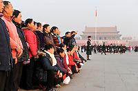 CHINA Beijing, Tiananmen square, Mausoleum of Mao Zedong ( Mao Tse-Tung ) / CHINA Peking Beijing Platz des himmlischen Frieden Tiananmen Platz , Mausoleum des KP Fuehrer Mao Zedong ( Mao Tse-Tung ), Reisgruppe aus der Provinz posiert fuer ein Gruppenfoto