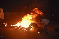 xnb01 DAKAR (SENEGAL) 28/1/2012.- Foto disponible desde hoy, sábado 28 de enero de 2012, que muestra a un hombre quemando neumáticos durante una manifestación en Dakar, Senegal, el 27 de enero de 2012. Los enfrentamientos entre manifestantes y fuerzas de seguridad causaron un muerto en Dakar, según informaron hoy varias emisoras de radio privadas, que cita fuentes policiales. La víctima, perteneciente a las fuerzas de seguridad, resultó herido grave en los choques y murió poco después de su traslado a un hospital de la capital de Senegal. La violencia se ha extendido a varias localidades del interior del país, donde miles de jóvenes protagonizaron disturbios en protestas por la decisión del Consejo Constitucional de habilitar la candidatura del actual mandatario, Abdoulaye Wade, para las elecciones presidenciales del próximo 26 de febrero. EFE/ALIOU MBAYE.