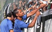 RIO DE JANEIRO, RJ, 04 DE JANEIRO DE 2012 –  Jefferson, jogador do Botafogo, atende aos pedidos de autógrafo da torcida, durante a reapresentação do time, na sede de General Severiano na cidade do Rio de Janeiro nessa quarta-feira, 04. FOTO: BRUNO TURANO – NEWS FREE.