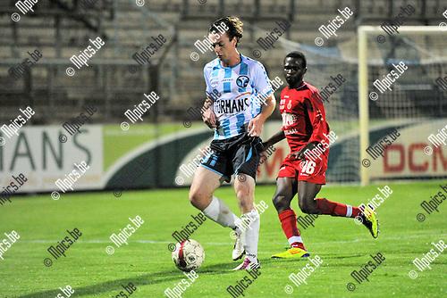 2011-09-24 / voetbal / seizoen 2011-2012 / Verbroedering Geel-Meerhout - Grimbergen / Steve Nuyts (l) (VGM) schermt de bal af voor Michael Kone (r) (Grimbergen)