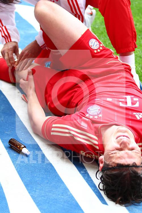 14.05.2011, Allianz Arena, Muenchen, GER, 1.FBL, FC Bayern Muenchen vs VfB Stuttgart, im Bild Daniel van Buyten (Bayern #5) wird behandelt , Foto © nph / Straubmeier
