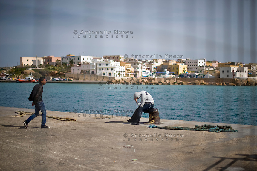 Lampedusa,2011. Immigrati appena sbarcato nel porto di Lampedusa.<br />