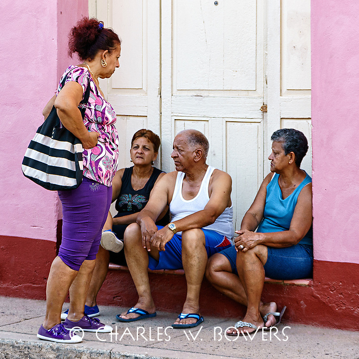 Faces Of Cuba - passing the time exchanging wedding gossip<br />