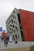"""Das böhmische Pilsen ist 2015 neben dem belgischen Mons, die Kulturhauptstadt Europas. Die Stadt des Biers wandelt sich zur europäischen Kulturhauptstadt. <br /> Bild: Das neue Theater wurde 2014 eröffnet und heißt """"Nové divadlo"""". Die Fassade besteht aus einer Betonwand mit einer Fläche von 22 mal 14 Metern und 40 ovalen Öffnungen."""