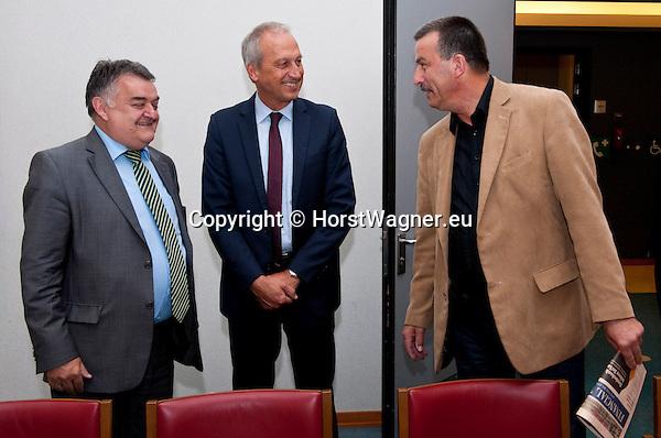 Bruessel - Belgien, 10. Mai 2012; .Parlamentarisches Fruehstueck 'Twinning Excellence' im Europaeischen Parlament mit u.a. Prof. Dr. Peter GRUSS, (mi) Praesident der Max-Planck-Gesellschaft; MdEP Herbert REUL, (li)(CDU - EVP) Mitglied im ITRE, EP-Ausschuss Industrie, Forschung und Energie; MdEP Norbert GLANTE, (re)(SPD - S&D) Mitglied im ITRE, EP-Ausschuss Industrie, Forschung und Energie; Photo: © HorstWagner.eu