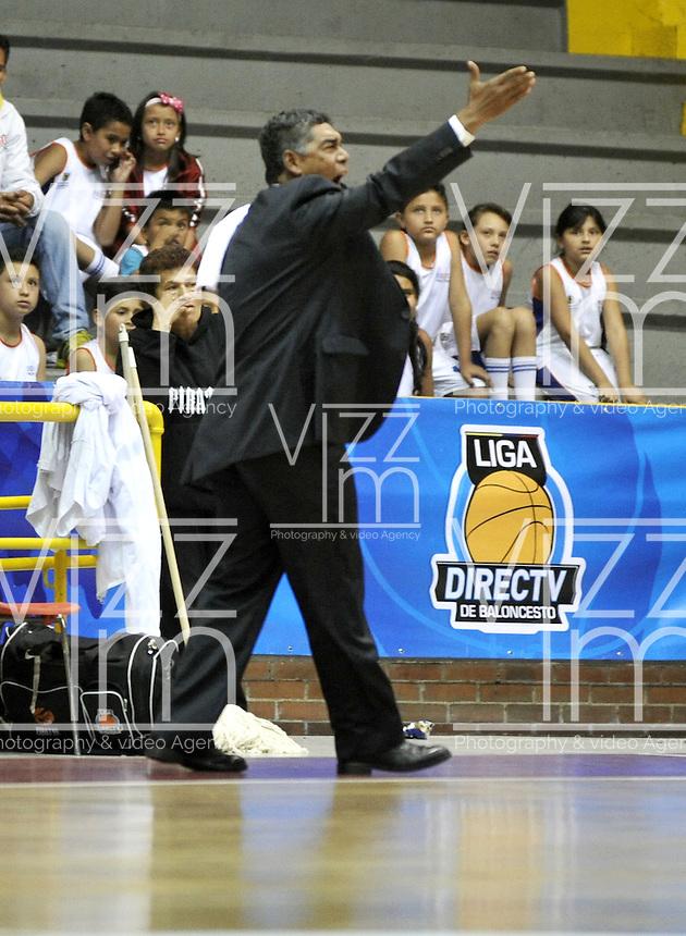 BOGOTA - COLOMBIA - 10-05-2013: José Tapias técnico de Piratas de Bogotá da instrucciones a los jugadores durante  partido mayo 10 de 2013. Piratas de Bogota y Bambuqueros de Neiva disputaron partido de la fecha 13 de la fase II de la Liga Directv Profesional de baloncesto en partido jugado en el Coliseo El Salitre. (Foto: VizzorImage / Luis Ramirez / Staff). José Tapias coach of Piratas from Bogota gives instructions to the players during the match on May 10, 2013.  Piratas from Bogota and Bambuqueros from Neiva disputed a match for the 13 date of the Fase II of the League of Professional Directv basketball game at the Coliseo El Salitre. (Photo. VizzorImage / Luis Ramirez / Staff)