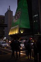 SÃO PAULO,SP, 30.11.2016 - HOMENAGEM-CHAPECOENSE - Símbolo do time da Chapecoense é visto na fachada do prédio da FIESP (Federação das Industrias do Estado de São Paulo) na região da avenida Paulista em São Paulo na noite desta quarta-feira, 30. (Foto: Ciça Neder/Brazil Photo Press)