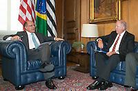 SAO PAULO, SP, 25 DE MARÇO DE 2013. REUNIAO GOVERNADOR ALCKMIN E EMBAIXADOR DOS EUA. O governador de São Paulo, Geraldo Alckmin se encontra com o embaixador norte americano Thomas Shannon no palácio dos Bandeirantes na tarde desta segunda-feira, 25. Durante o encontro, foi criado um grupo de trabalho Sao Paulo-EUA com objetivo de desenvolver projetos e programas de cooperação nas áreas de Educação, Segurança, Pesquisa e Desenvolvimento, Comercio e relações bilaterais com a Africa. FOTO: ADRIANA SPACA/BRAZIL PHOTO PRESS