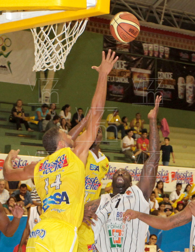 BUCARAMANGA -COLOMBIA, 26-03-2013. Hernández Villamil de Búcaros y Jeff Jahnbullen de Piratas durante partido de la fecha 20 de la Liga DirecTV de baloncesto profesional colombiano disputado en la ciudad de Bucaramanga. /  Hernández Villamil of Bucaros Jeff Jahnbullen during a game of the date 20 of the DirecTV League of professional Basketball of Colombia at Bucaramanga city. (Photo:VizzorImage / Jaime Moreno / STR)..................