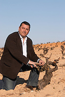 tempranillo Eulogio Calleja winemaker at Bodegas Naia in Rueda in vineyards of Bodegas Vinas del Cenit, DO Tierra del Vino de Zamora spain castile and leon