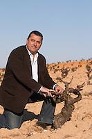 tempranillo Eulogio Calleja winemaker at Bodegas Naia in Rueda in vineyards of Bodegas Vinas del Cenit, DO Tierra del Vino de Zamora spain castile and leon
