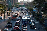 SAO PAULO, SP, 01.09.2014 - TRANSITO MARGINAL PINHEIROS -  O motorista encontra lentidão Marginal Pinheiros sentido Castelo Branco. Região oeste da cidade de São Paulo,na tarde dessa segunda-feira,01. (Foto: Kevin David / Brazil Photo Press)