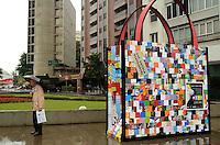 SAO PAULO, SP, 17 DE JANEIRO 2012 - SACOLA GIGANTE - Uma sacola gigante feita de material reciclado foi instalada na esquina da Avenida Faria Lima com a Avenida Cidade Jardim, na zona sul de São Paulo, nesta segunda-feira, 16. A partir de 25 de janeiro as sacolas descartáveis serão substituídas por uma opção mais sustentável. Essa é uma iniciativa do governo do Estado em parceria com a prefeitura da capital para conscientizar os paulistanos a utilizarem sacolas reutilizáveis. (FOTO: ALEXANDRE MOREIRA - NEWS FREE).