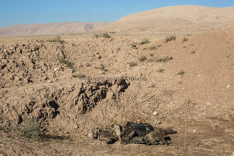 IRAk, Bashiqa: Corpse of a Daesh member executed by Peshmerga in the town of Bashiqa, 7th December 2016.<br /> <br /> IRAK, Bashiqa: Cadavre d'un membre de Deash ex&eacute;cut&eacute; par des Peshmergas dans la ville de Bashiqa, 7th December 2016.