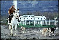 Ein Gaucho der Schaffarm Estancia Santa Anita in Patagonien.<br /> Gaucho from the sheep farm Estancia Santa Anita in Patagonia.<br /> 25.10.2000, Santa Anita<br /> Copyright: Christian-Ditsch.de<br /> [Inhaltsveraendernde Manipulation des Fotos nur nach ausdruecklicher Genehmigung des Fotografen. Vereinbarungen ueber Abtretung von Persoenlichkeitsrechten/Model Release der abgebildeten Person/Personen liegen nicht vor. NO MODEL RELEASE! Nur fuer Redaktionelle Zwecke. Don't publish without copyright Christian-Ditsch.de, Veroeffentlichung nur mit Fotografennennung, sowie gegen Honorar, MwSt. und Beleg. Konto: I N G - D i B a, IBAN DE58500105175400192269, BIC INGDDEFFXXX, Kontakt: post@christian-ditsch.de<br /> Urhebervermerk wird gemaess Paragraph 13 UHG verlangt.]