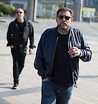 © Joel Goodman - 07973 332324 . NO SYNDICATION PERMITTED . 19/03/2015 . Salford Quays , UK . Shaun Ryder with an e-cigarette . Black Grape photocall at The Green , Salford Quays , Greater Manchester . Black Grape are reforming for a Madchester charity gig along with other local bands , to raise awareness for Bez's Reality Party and anti-fracking . Photo credit : Joel Goodman