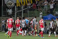 BELO HORIZONTE, MG, 26.02.2014 – COPA LIBERTADORES DA AMÉRICA 2014 – ATLÉTICO-MG X SANTA FÉ  jogadores do Santa Fé durante jogo contra Atlético-MG jogo valido pela 2ª rodada da  Copa Libertadores da América 2014, no Arena Independência, na noite de quarta (26) (Foto:  MARCOS FIALHO / BRAZIL PHOTO PRESS)