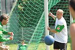 FBL 09/10 Traininglager  Werder Bremen Norderney 2007 Day 03<br /> Konditionstraining Sonntag morgen<br /> <br /> <br /> Thomas Schaaf ( Bremen GER - Trainer  COACH) schaut Keeper Tim Wiese ( Bremen GER #1) zu<br /> <br /> Foto &copy; nph (nordphoto)
