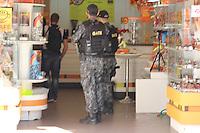 SÃO PAULO,SP , 09.07.2016 - CRIME-SP - Um homem, aparentemente de 30 anos, com problemas psicológicos, fez refém a vendedora de uma loja especializada em chocolates na Avenida Paulista em São Paulo, altura do numero 635. Homens do G.A.T.E ( Grupo de Ações Táticas Especiais} foram chamados e fizeram a negociação para a libertação da refém e prisão do indivíduo, neste sábado (09). (Foto: Darcio Nunciatelli/Brazil Photo Press)