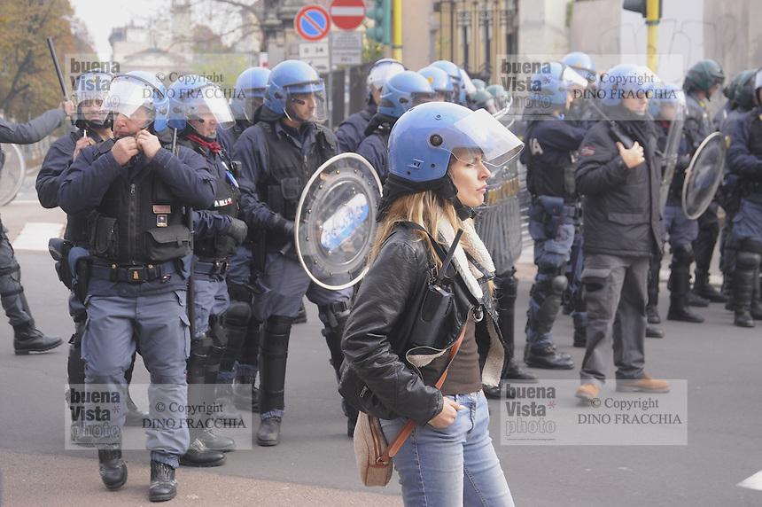 - Milano &quot;sciopero sociale&quot; di studenti e COBAS contro la politica del lavoro del governo Renzi; scontri con la polizia<br /> <br /> Milan &quot;social strike&quot; of students and COBAS against the job policy of the government Renzi; clashes with police