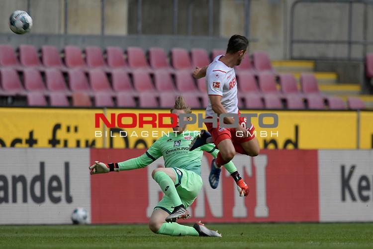 nph00351: Torwart Florian MUELLER  (FSV Mainz)<br /> klaert vor Mark UTH (1.FC Koeln),<br /> Aktion,Zweikampf.<br /> Sport: Fussball: 1. Bundesliga: Saison 19/20: 26.Spieltag: 1.FC KOELN-FSV MAINZ 05,17.05.2020.<br /> Foto: Anke Waelischmiller/SVEN SIMON/POOL / via Meuter/nordphoto<br /> <br /> Nur für journalistische Zwecke! Only for editorial use!<br /> Gemäß den Vorgaben der DFL Deutsche Fußball Liga ist es untersagt, in dem Stadion und/oder vom Spiel angefertigte Fotoaufnahmen in Form von Sequenzbildern und/oder videoähnlichen Fotostrecken zu verwerten bzw. verwerten zu lassen. DFL regulations prohibit any use of photographs as image sequences and/or quasi-video.