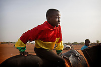 Every Sunday afternoon, horse-races get organized on the racecourse of Ougadougou. The peculiarity of these races: only children weighing less than 50 kilos can compete.