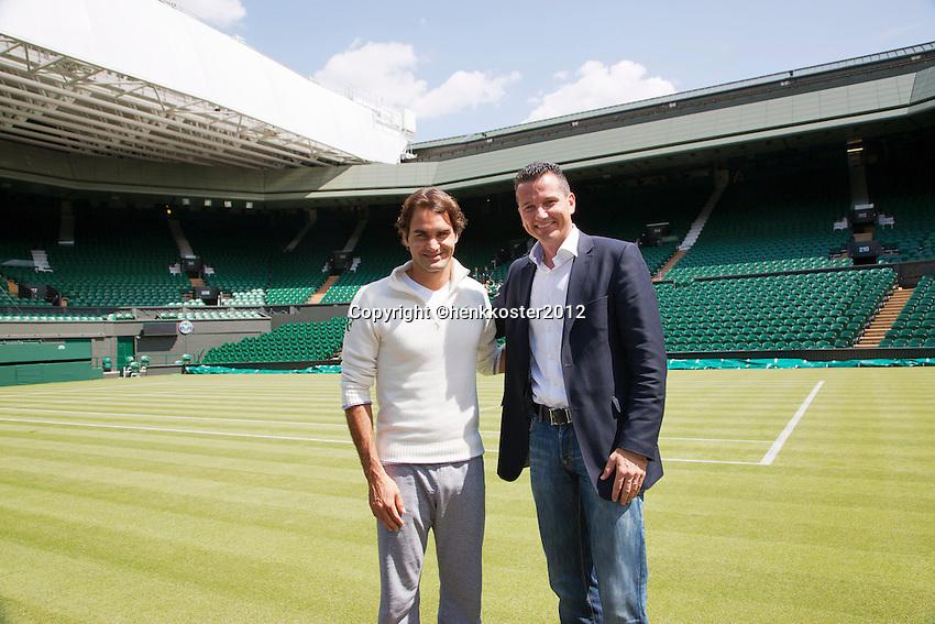20-06-12, England, London, Wimbledon, Tennis, Toernooi Directeur van het ABNAMROWTT Richard Krajicek met zijn aanwinst voor het komende 40 jarige jubileum Roger Federer op het Centercourt van Wimbledon.