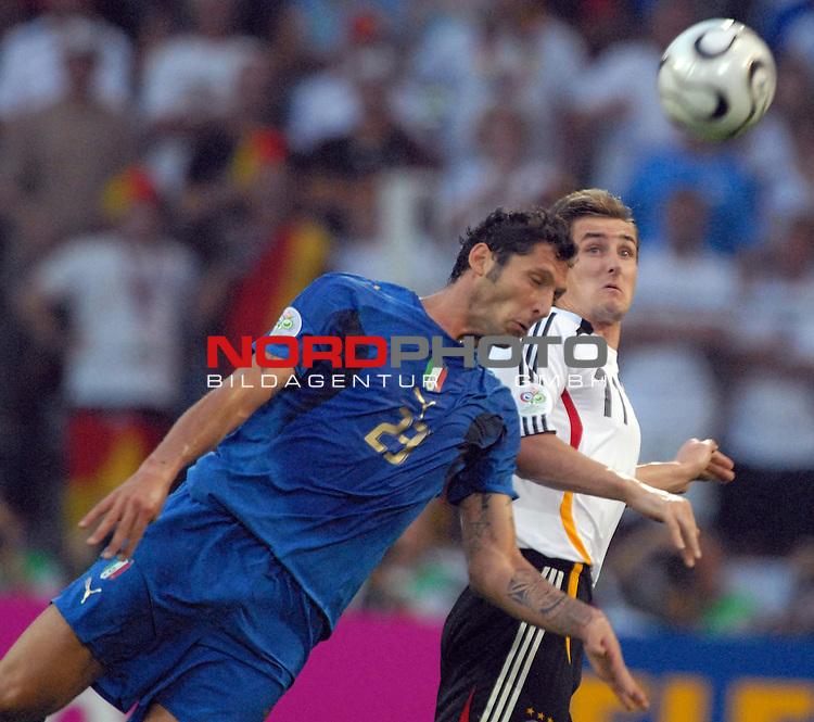 FIFA WM 2006 -  Semi Finals / Halbfinale<br /> <br /> Play    #61 (04-Juli) - Deutschland - Italien<br /> <br /> <br /> <br /> Marco Materazzi (ITA) gegen Miroslav Klose (GER)<br /> <br /> <br /> <br /> Foto &copy; nordphoto