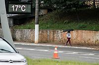 SAO PAULO, SP - 20.06.2017 - CLIMA-SP - Paulistanos enfrentam baixas temperaturas e garoa fina na regi&atilde;o de Santo Amaro, zona sul de S&atilde;o Paulo na manh&atilde; desta ter&ccedil;a-feira (20).<br /> <br /> (Foto: Fabricio Bomjardim / Brazil Photo Press)