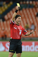 MEDELLIN- COLOMBIA - 10-09-2014: Juan Soto, arbitro, muestra tarjeta amarilla a Diego Peralta (Fuera de Foto), durante partido de ida de la segunda fase, llave16, de la Copa Total Suramericana entre Atletico Nacional de Colombia y General Diaz de Paraguay en el estadio Atanasio Girardot de la ciudad de Medellin.  / Juan Soto, referee, shows yellow card to Diaego Peralta (out of Pic),  of Atletico Nacional de Colombia, during a match for the first leg of the second phase, key16, between Atletico Nacional de Colombia y General Diaz of Paraguay, of the Copa Total Suramericana in the Atanasio Girardot stadium, in Medellin city. Photo: VizzorImage / Luis Rios / Str.