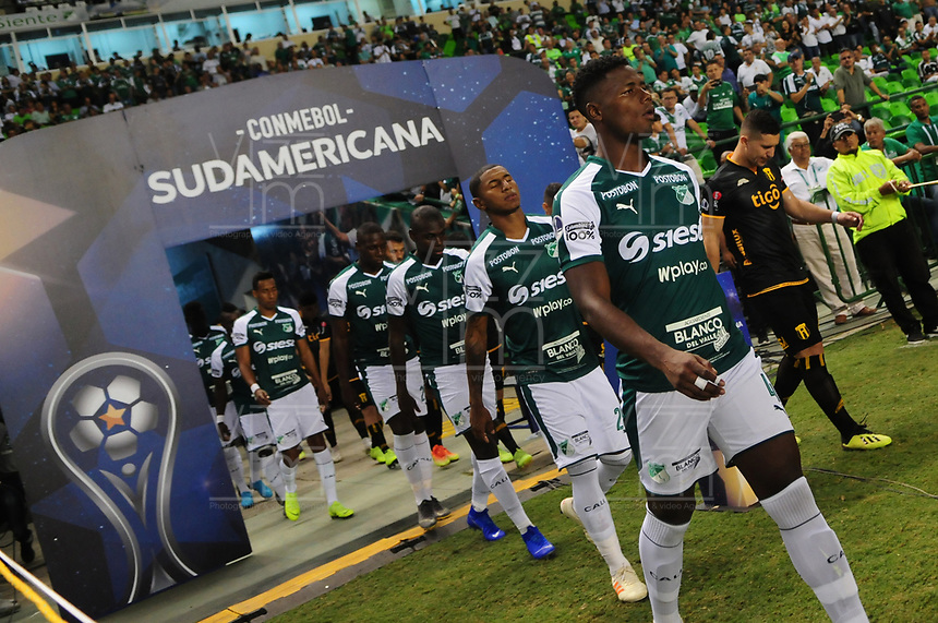 PALMIRA - COLOMBIA, 04-04-2019: Jugadores del Cali y Guaraní ingresan al campo de juego previo al partido por la primera ronda de la Copa CONMEBOL Sudamericana 2019 entre Deportivo Cali de Colombia y Club Guaraní de Paraguay jugado en el estadio Deportivo Cali de la ciudad de Palmira. / Plyayers of Cali and Guarani go inside the field prior a match for the first round as part Copa CONMEBOL Sudamericana 2019 between Deportivo Cali of Colombia and Club Guarani of Paraguay played at Deportivo Cali stadium in Palmira city.  Photo: VizzorImage / Nelson Rios / Cont